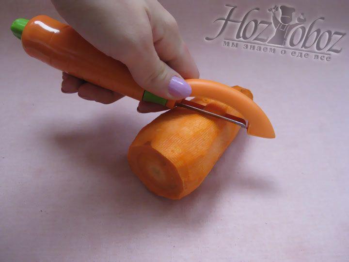 Моем, чистим и нарезаем морковку на небольшие кусочки