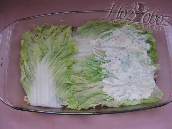 Далее вновь покладите листья капусты и так же смажьте соусом