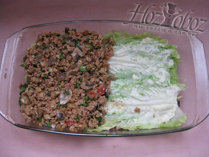 Оставшуюся часть мясной начинки разложите поверх листьев капусты и равномерно распределите
