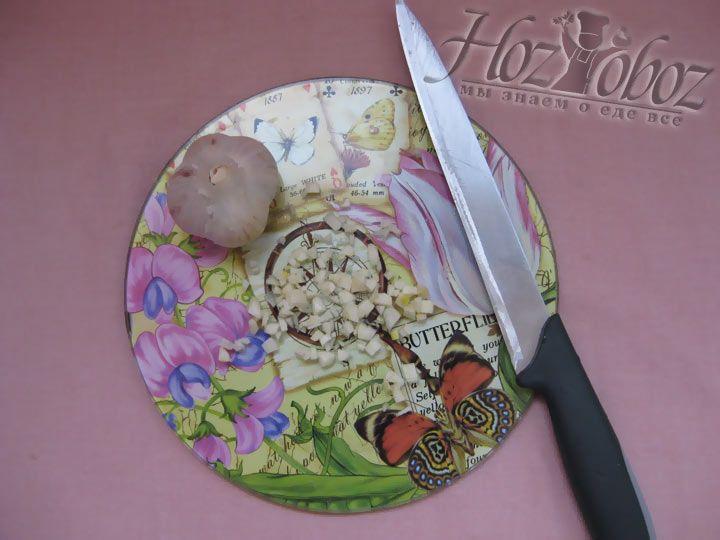 Очистите честнок и измельчите ножом