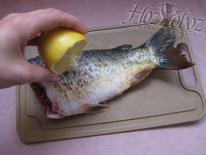 Далее смочите рыбу соком лимона и поставьте в холодильник на некоторое время