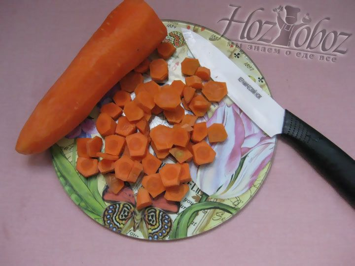 Очистите морковку, помойте и нарежьте кусочками