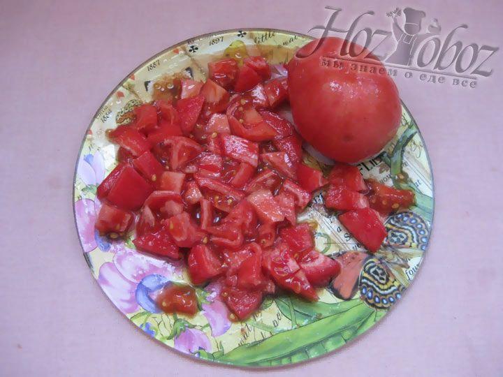 Затем нарежьте помидоры для лазаньи кубиками как на фото