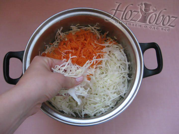 Капусту засыпаем солью и перемешиваем до того как появиться сок. Теперь добавляем морковь.