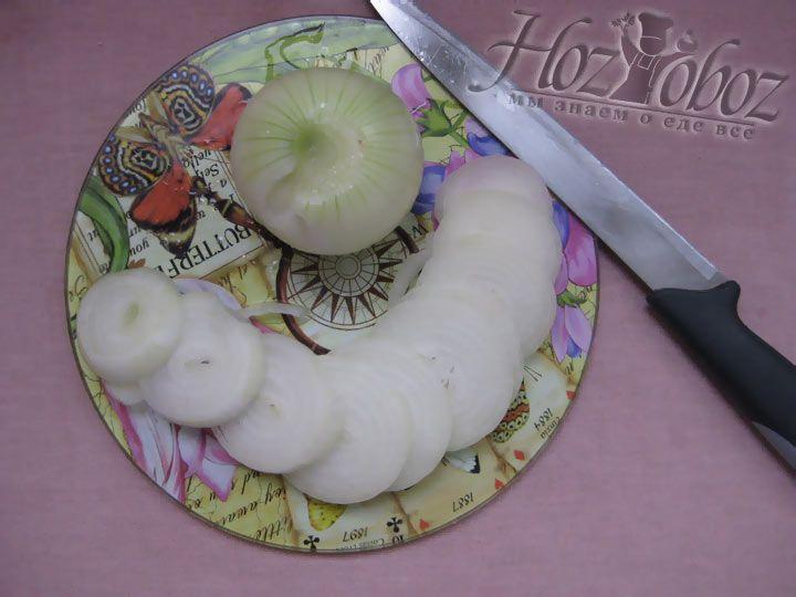 Очистите одну луковицу и нарежьте кольцами