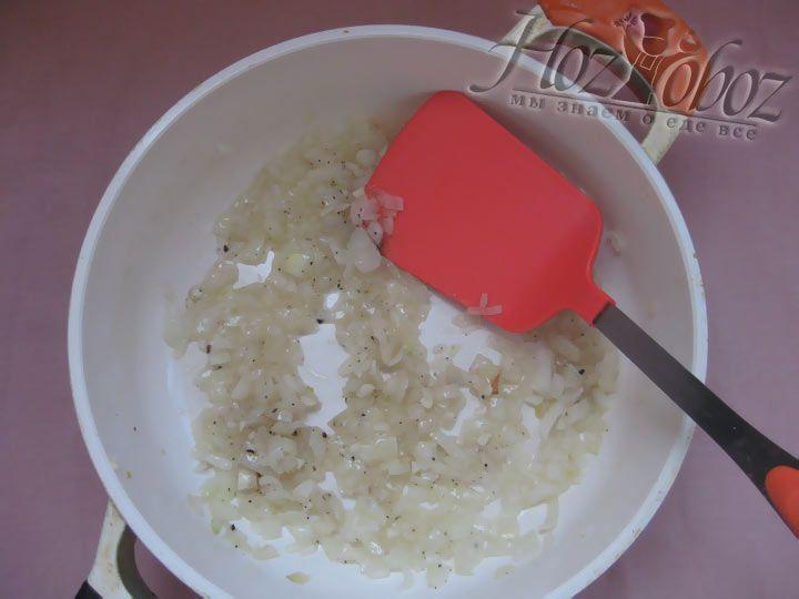 Слегка обжарьте измельченный лук на подсолнечном масле