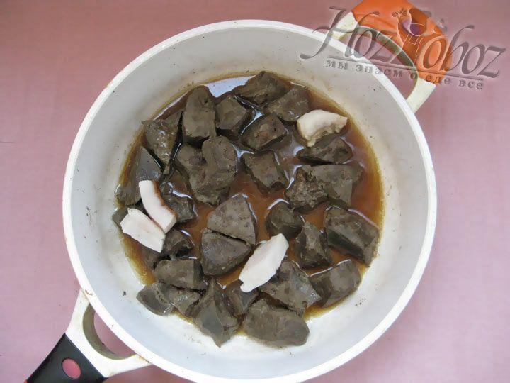 На сковороду с печенью добавьте куочки свиного сала