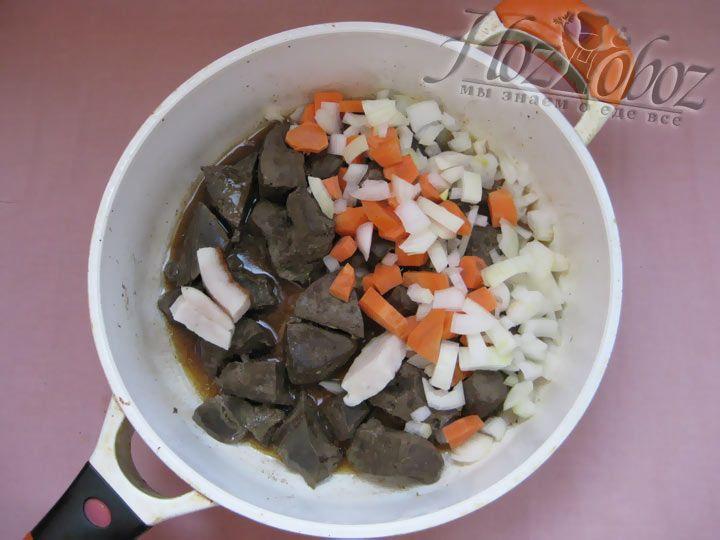 Высыпаем на сковороду лук и морковь. Протушите все до готового состояния, незабыв посолить и поперчить