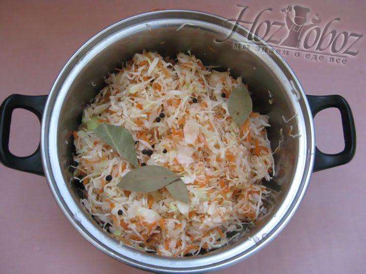Теперь по частям утрамбуем капусту, морковь и соль. Добавим приправы по вкусу: тмин, перец горошком, семена укропа, лавровый лист.