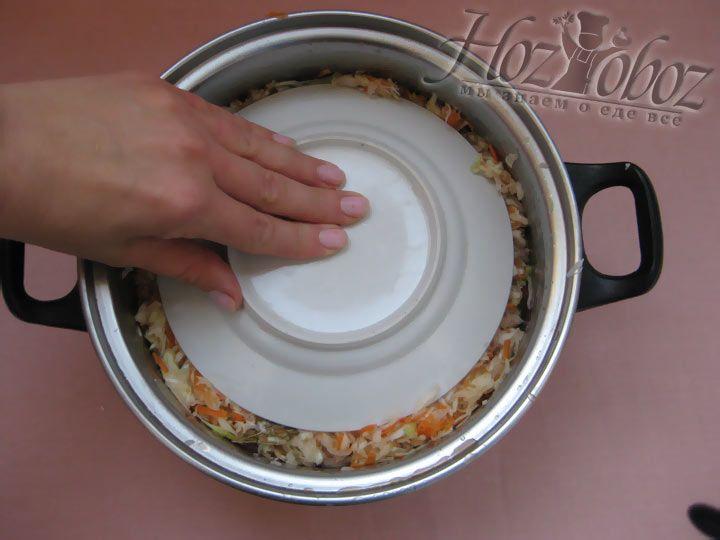 Со временем вырабатывается достаточно сока. Ваша задача утрамбовать овощи так, чтоб сок был сверху. Лучше воспользоваться тарелкой.
