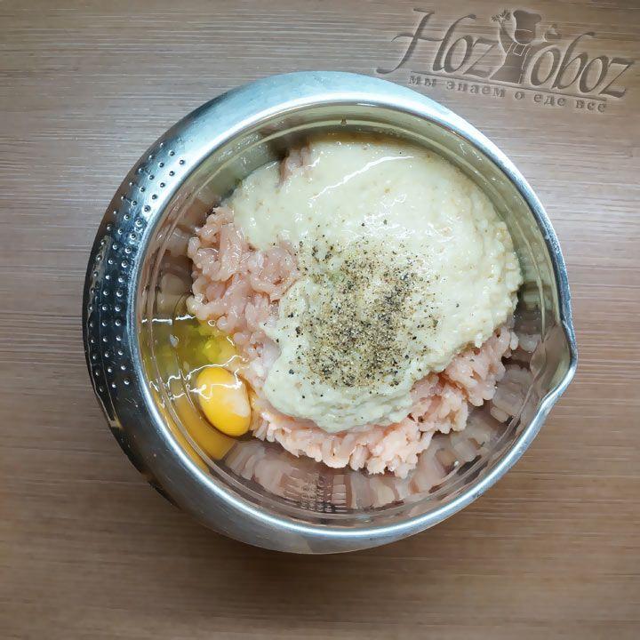 Фарш солим и приправляем по вкусу, но выбирать необходимо те специи, которые не будут перебивать вкус самого мяса