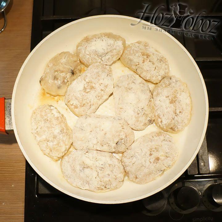 Теперь придаем котлетам правильную форму и выкладываем в раскаленную сковородку