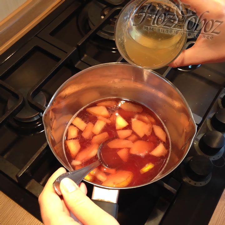 Снова ставим кастрюлю на огонь, добавив предварительно немного груш, и вливаем жидкий желатин из стакана. Следите за тем, чтобы желе не закипело!
