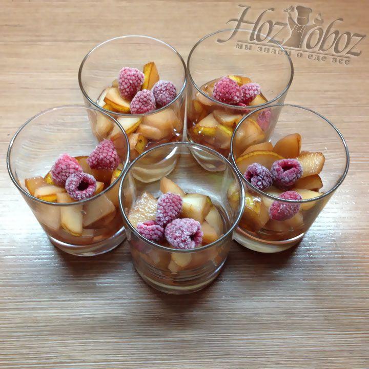 Теперь добавляем в каждый стакан по три замороженных ягоды малины