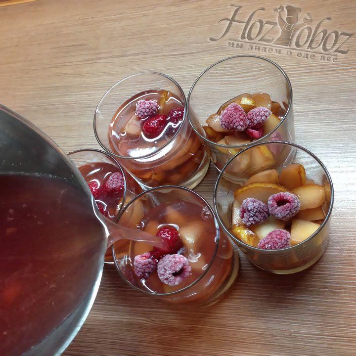 Пришло время залить фрукты желирующей жидкостью, которую мы подготовили