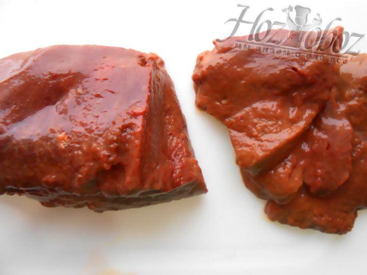 Подготовьте печень: хорошо промойте и нарежьте кусками, вырезая жилки