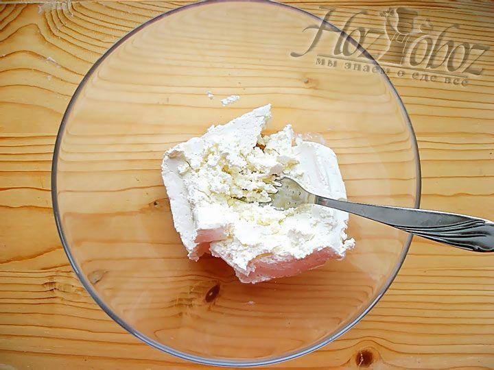 Выложите с отдельную тарелку творог и разомните его вилкой