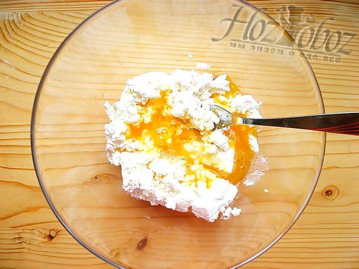 Смешайте содержимое обеих тарелок: с творогом и взбитым яйцом