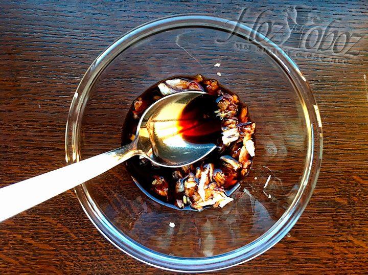 Залейте чеснок соевым соусом