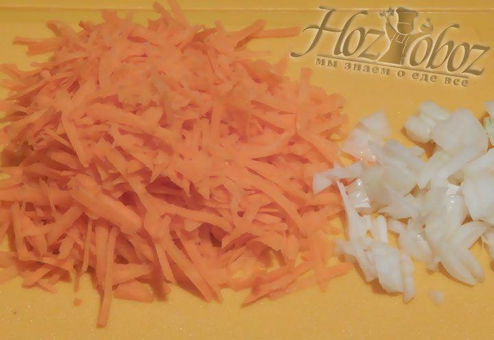 Малко нарежьте лук и морковку