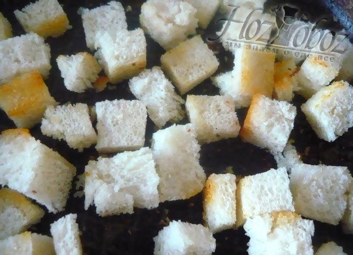 Обжарьте сухарики на той же сковороде, где жарился бекон