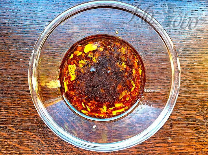 Добавьте в чесночную смесь оливковое масло и поперчите