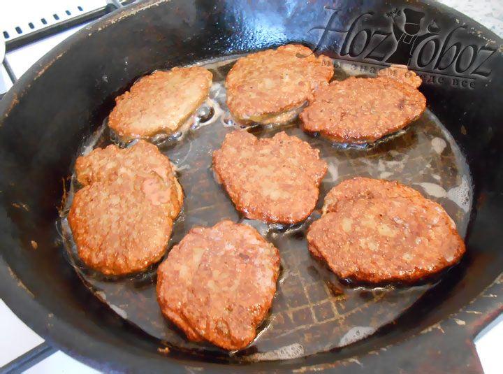Сформируйте оладьи из печеночного теста. Разложите их на сковороду и обжарьте с каждой стороны по 3 минуты.