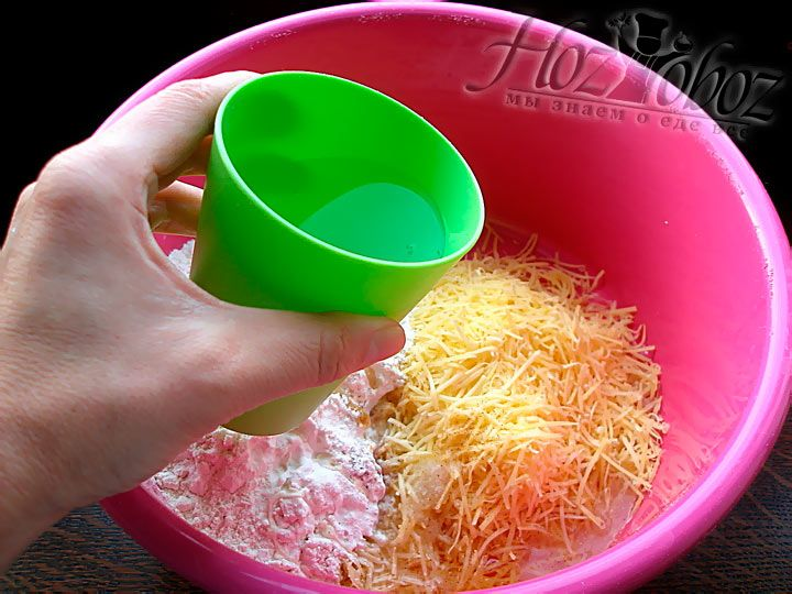 Последним этапом приготовления сырного теста для палочек будет добавление воды