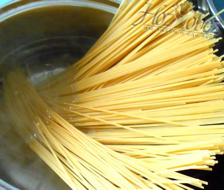 Сварите макароны в соленой воде до готовности