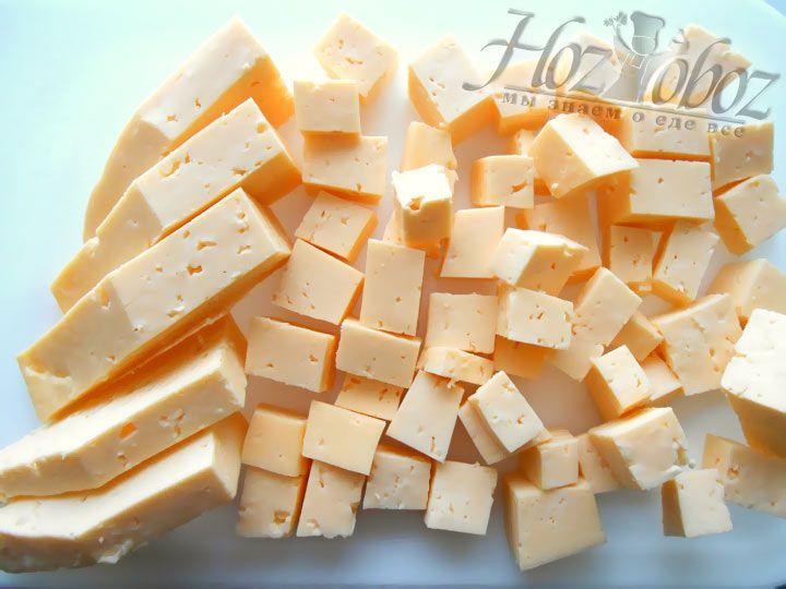Твердый сыр нарежьте кубиками либо натрите на терку