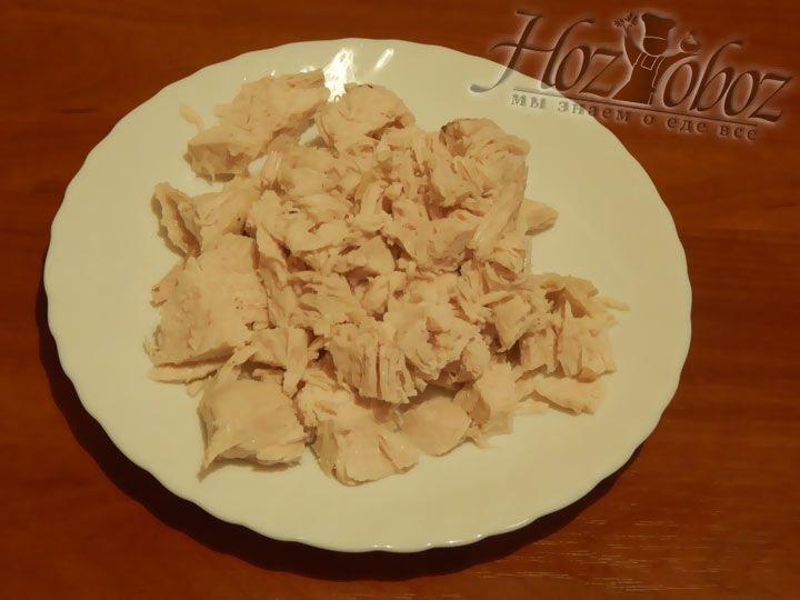 Вытяните из супа мясо и разделите на порционные кусочки