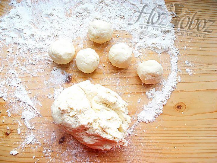 Сформируйте шарики из теста, размер должен быть чуть больше ореха