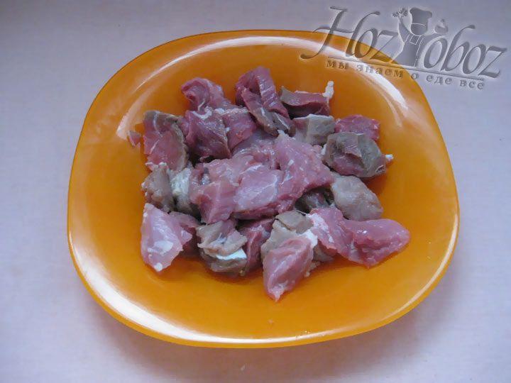 Помойте мясо и нарежьте кусочками нужного размера
