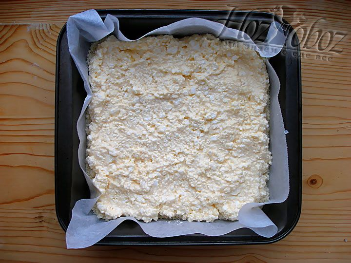 Поверх теста разложите творожную начинку для пирога