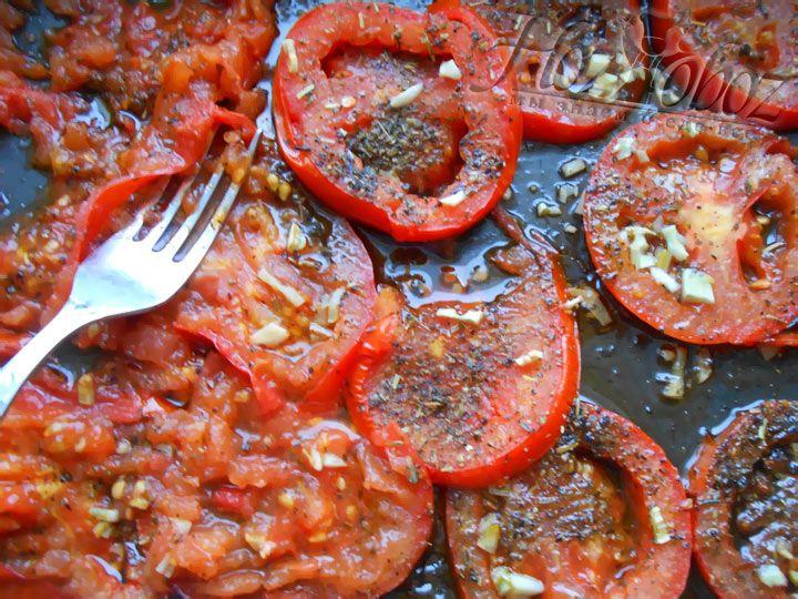 Запеченые помидоры достаем из духовки, треть разомните вилкой, остальные оставьте как есть
