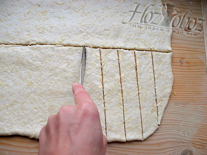 Сформируйте полоски шириной около 2-х сантиметров из теста