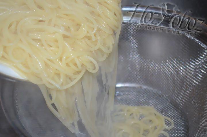 По готовности слейте воду с макарон и добавьте чуть оливкового масла