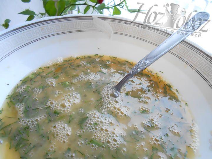 Взбейте куриные яйца с солью, в полученную смесь для зпеканки влейте сметану и все имеющиеся у нас ингредиенты