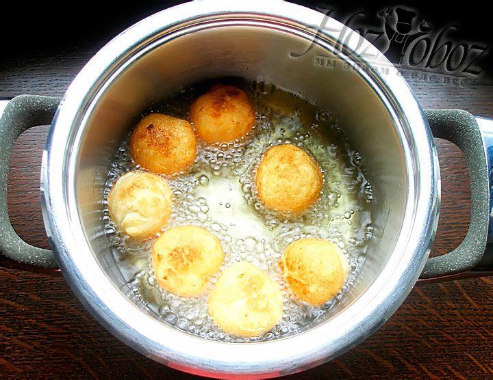 Обжарьте шарики из творога в кастрюле с маслом на среднем огне