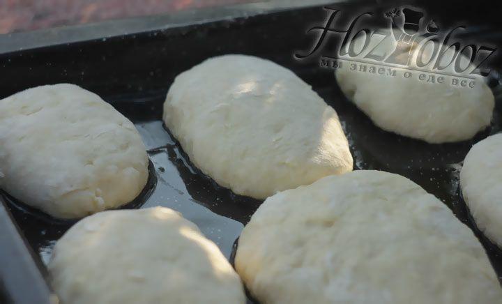 Слепите пирожки, разложите из на противень, а тот в свою очередь отправьте в духовку