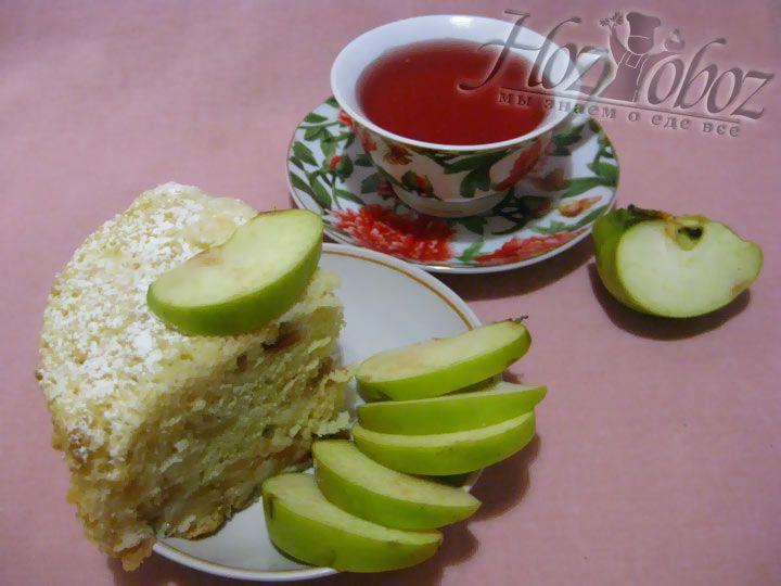 Переверните яблочный пирог, посыпьте сахарной пудрой и подавайте к чаю своим гостям или родным