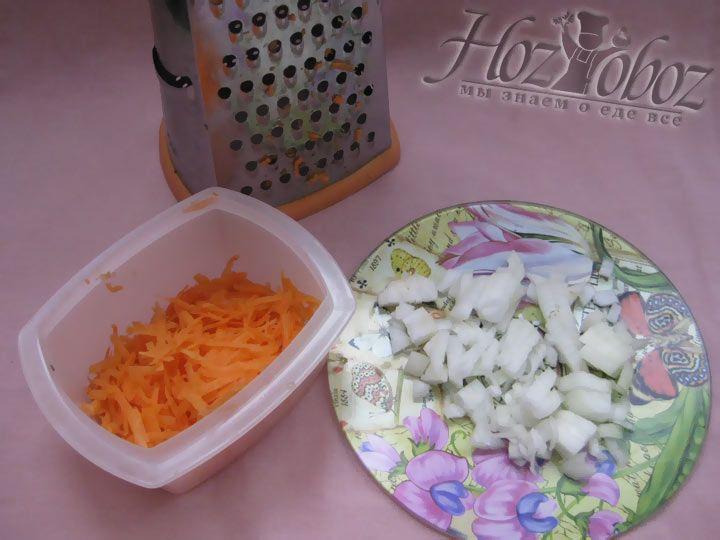 Сперва нарежьте репчатый лук и натрите на терку морковь