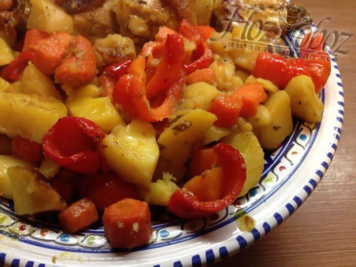Перед тем как отправить картофель в духовку вполне можно, при желании, добавить другие овощи, например, нарезанную морковь и болгарский перец, а также мед и специи. После блюдо необходимо довести в духовке до готовности.