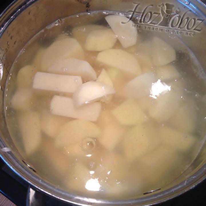 Когда закипит вода, насыпаем в нее заготовленные заранее соль и картофель