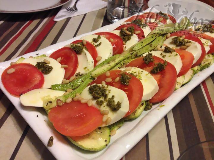 Теперь салат готов и его следует немедленно подавать на стол и лучше со свежим хлебом или стейком, как больше нравится.