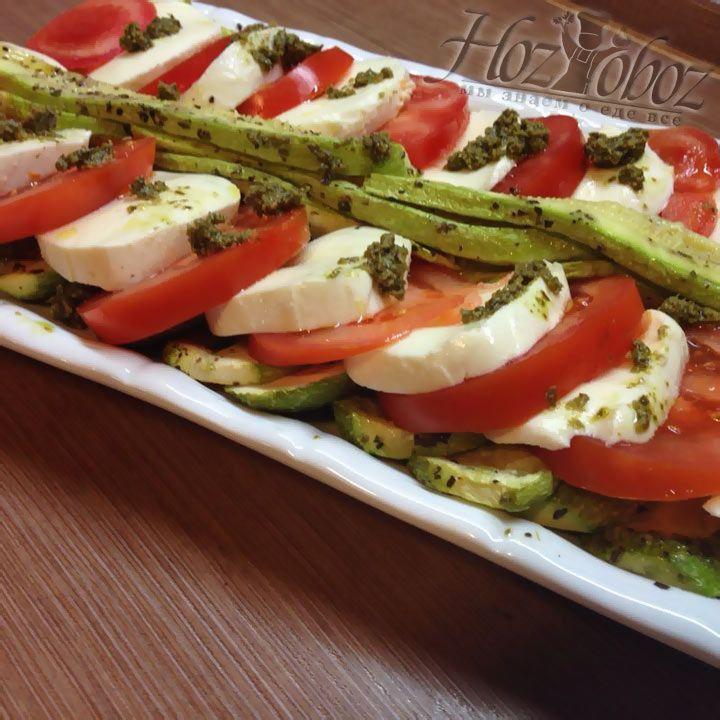 Далее на салат можно разложить небольшими порциями, как на фото, соус «Песто»