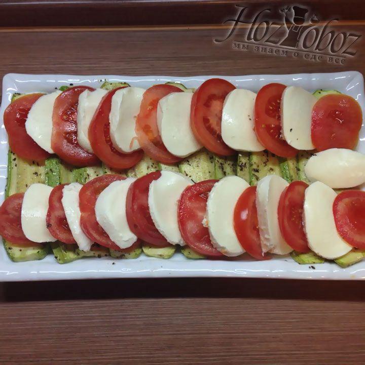На кабачки раскладываем нарезанные как на фото помидоры и сыр моцарелла