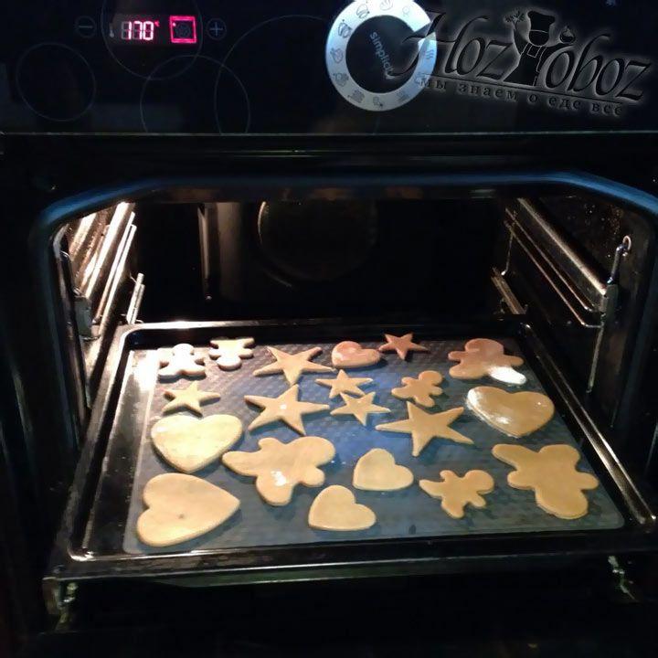 В разогретую до 170 градусов помещаем противень с печеньем на 10 минут