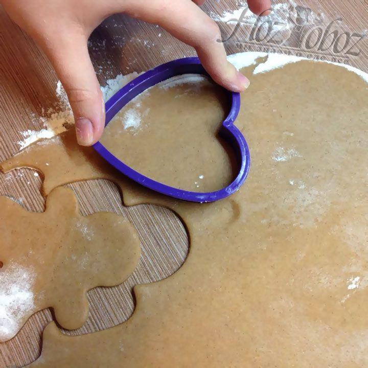 Из коржа с помощью специальных форм выдавливаем печенье