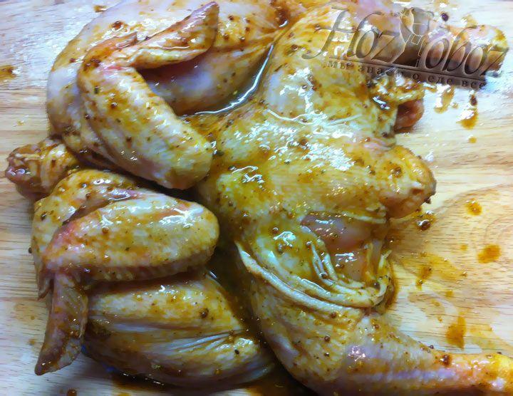 Соусом, нагретым до температуры 70 градусов, тщательно намазываем цыплят со всех сторон